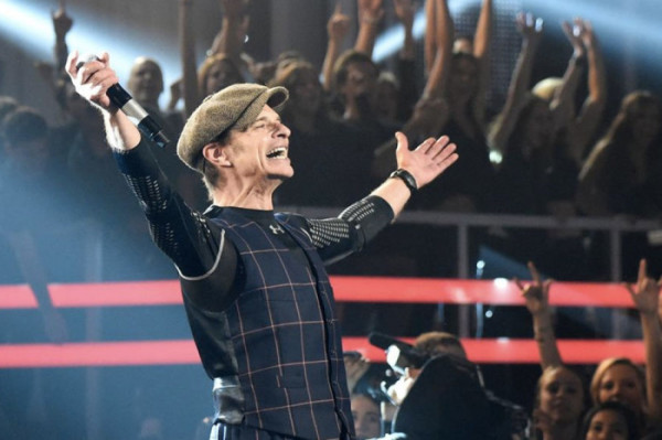 Van-Halen-Billboard-Music-Awards-2015-700x465